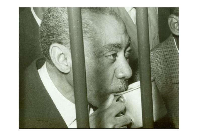 (ilustrasi) Sayyid Qutb saat sedang meminum segelas air di balik jeruji. Rezim Mesir saat itu menudingnya telah berbuat kriminal