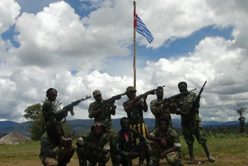 [ilustrasi] Tentara Pembebasan Nasional Papua Barat (TPNPB) berpose dengan latar bendera Bintang Kejora.