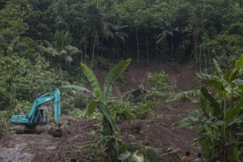 [Ilustrasi] Tingginya intensitas hujan di Yogyakarta menyebabkan bencana tanah longsor di Pendoworejo, Girimulyo, Kulonprogo, DI Yogyakarta, Rabu (29/11). Petugas menggunakan alat berat guna membersihkan material lonsor yang menutup akses jalan di wilayah itu, Kamis (30/11).