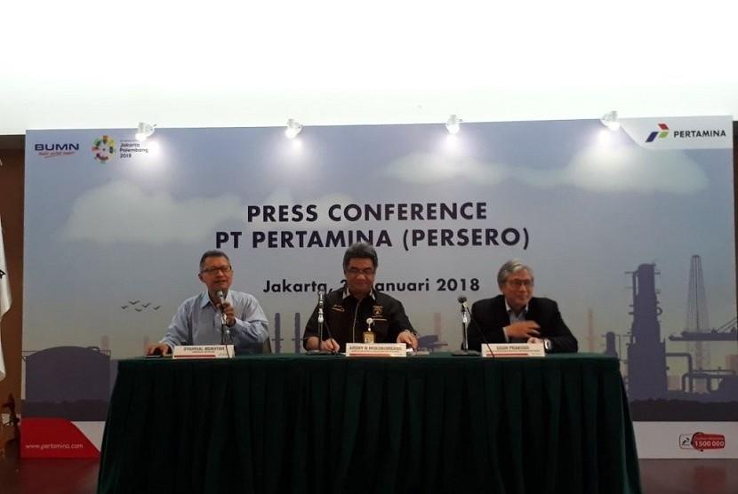 (Ki-ka) Sekretaris Perusahaan PT Pertamina (Persero) Syahrial Mukhtar, Direktur Megaproyek Pengolahan dan Petrokimia PT Pertamina (Persero) Ardhy N. Mokobombang dan Direktur Perencanaan Investasi dan Manajemen Risiko PT Pertamina (Persero) Gigih Prakoso hadir dalam konferensi pers di Kantor Pertamina, Jakarta pada Selasa (30/1). Mereka menjelaskan penetapan mitra yang akan bersama menangani kilang di Bontang, Kalimantan Timur.