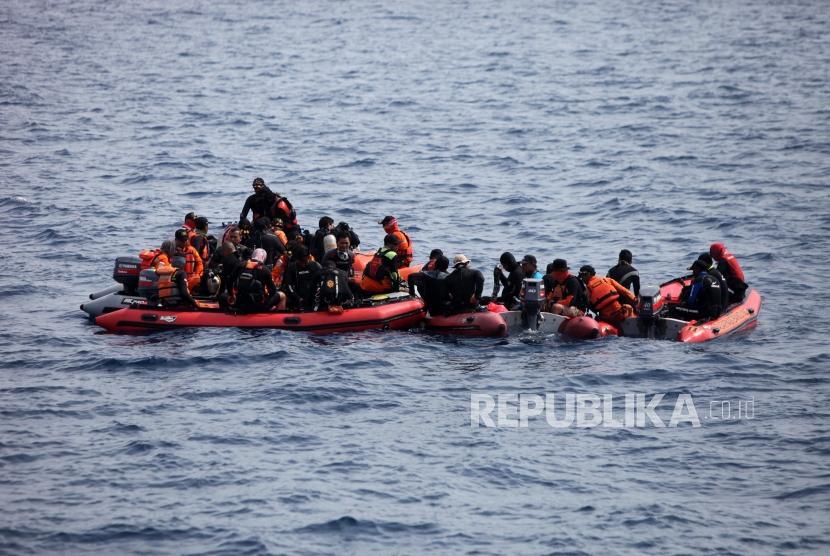 Sejumlah tim SAT gabungan melakukan pencarian pesawat Lion Air JT-610 yang jauh di Perairan Karawang, Jawa Barat, Kamis (1/11).