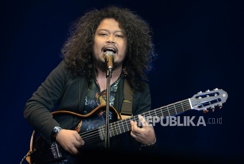 Penampilan mantan vokalis payung teduh Is dalam konser tunggal Kla Project  yang bertajuk Karunia Semesta di Jakarta, Convention Center, Jakarta, Kanmis (6/12).
