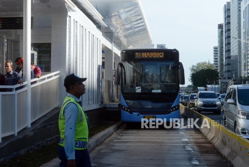 Bus Transjakarta menunggu penumpang di Halte Bundaran HI, Jakarta.