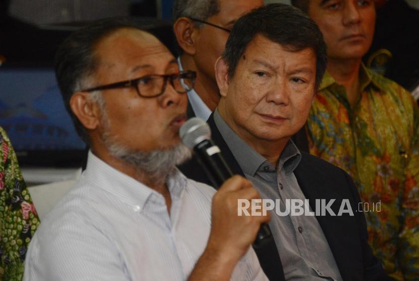 Ketua Tim Hukum BPN Bambang Widjojanto bersama Penanggung Jawab Tim Hukum BPN Hashim Djojohadikusumo saat akan menyerahkan berkas permohonan gugatan sengketa hasil Pemilihan Presiden 2019 di Mahkamah Konstitusi, Jakarta, Jumat (24/5).