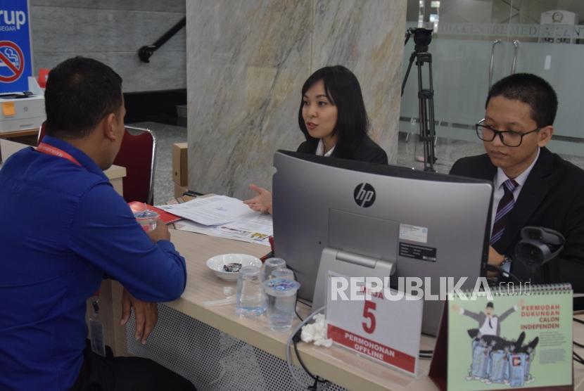 Petugas MK memberikan penjelasan terkait  permohonan atas sengketa pilkada 2018  di Gedung Mahkamah Konstitusi, Jakarta, Rabu (11/7).