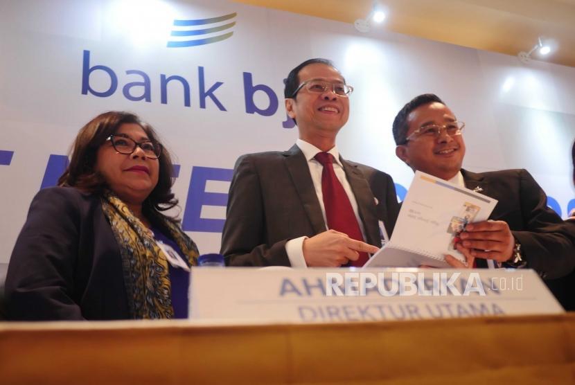 KINERJA BJB. Dirut Bank BJB Ahmad Irfan (tengah) berfoto bersama  jajara direksi menjelang analyst meeting di Jakarta, Rabu (1/8).