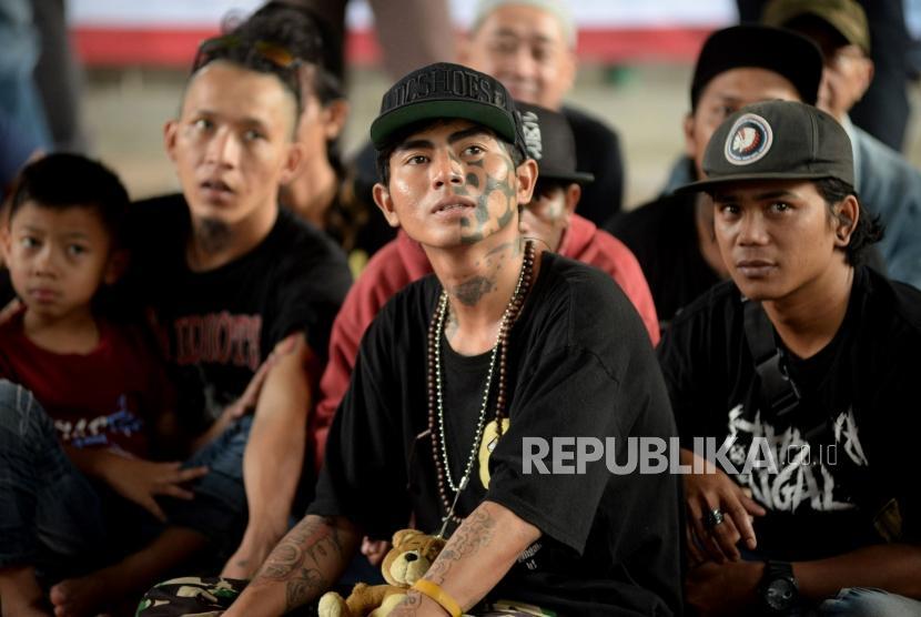 Anak punk menunggu ketika mengikuti proses penghapusan tato gratis di kolong jembatan stasiun tebet, Jakarta, Sabtu (18/5).