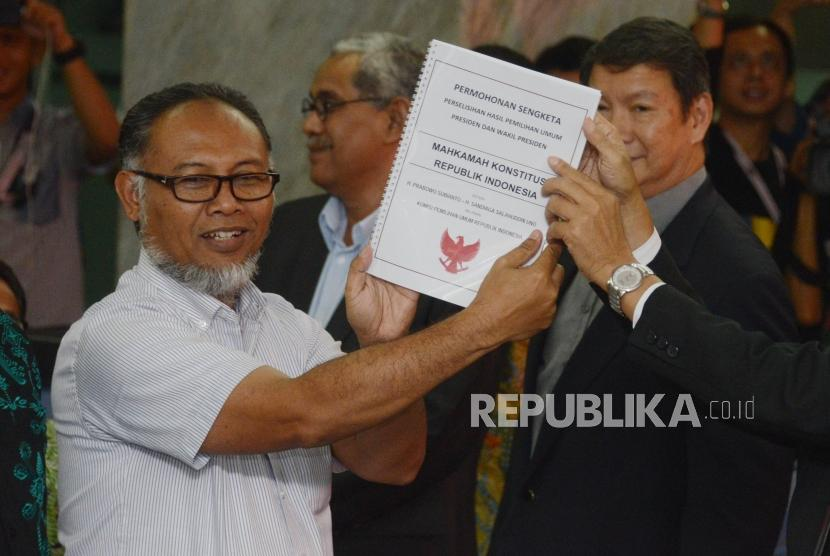 Ketua Tim Hukum BPN Bambang Widjojanto bersama Penanggung Jawab Tim Hukum BPN Hashim Djojohadikusumo menyerahkan berkas permohonan gugatan sengketa hasil Pemilihan Presiden 2019 di Mahkamah Konstitusi, Jakarta, Jumat (24/5).