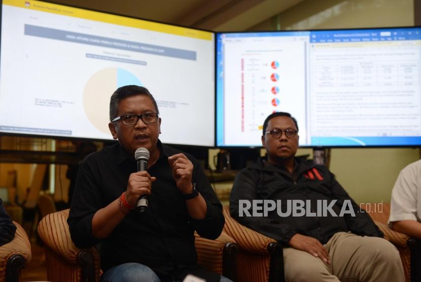 Sekretaris TKN Hasto Kristiyanto (kiri).