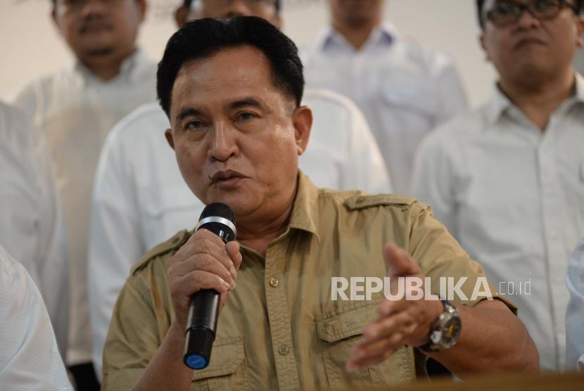 Kuasa hukum pasangan Capres dan Cawapres Jokowi-Ma'ruf Amin, Yusril Ihza Mahendra, memberikan keterangan terkait perkembangan terakhir setelah rekapitulasi final KPU di Rumah Cemara, Jakarta, Selasa (21/5).