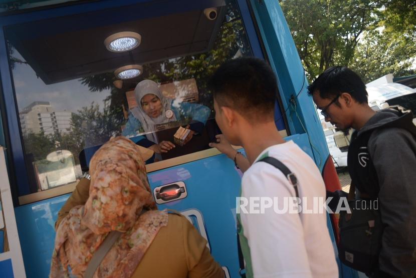 Petugas melayani penukaran uang pecahan kecil di Lapangan IRTI Monas, Jakarta, Senin (13/5).