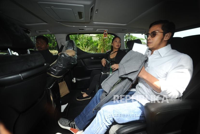 Anak Setya Novanto. Kedua Anak Setya  Novanto Dwina Michaella dan Rheza Herwindo berada di dalam mobil usai melakukan pemeriksaaan di Gedung KPK, Jakarta , Rabu (10/1).