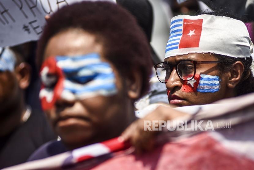 Massa yang tergabung dalam Mahasiswa Papua melakukan aksi solidaritas di Jalan Diponegoro, Kota Bandung, Senin (2/9).