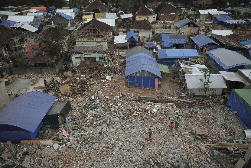 Foto udara bangunan rumah warga korban bencana gempa bumi di Desa Kekait, Gunungsari, Lombok Barat, NTB, Senin (1/10).