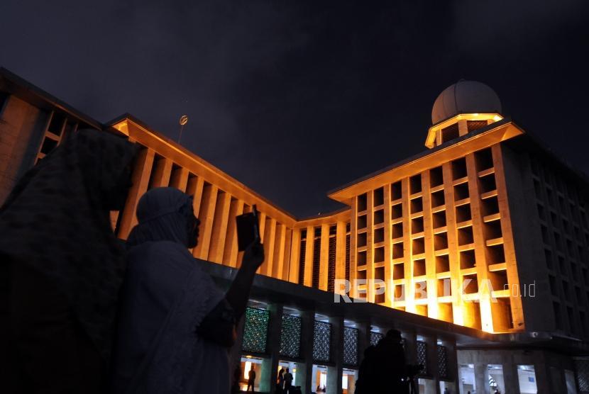 Warga mendokumentasikan fenomena gerhana bulan total super blue blood moon di Masjid Istiqlal, Jakarta, Rabu (31/1).