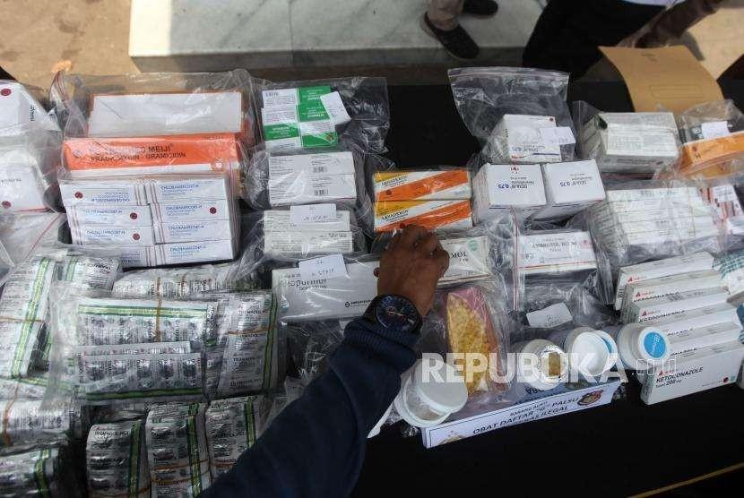 Petugas memperlihatkan barang bukti obat-obatan / Ilustrasi