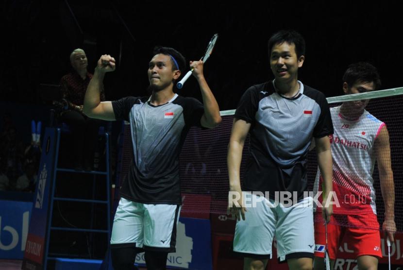 Ekspresi pasangan ganda putra Indonesia Mohammad Ahsan-Hendra Setiawan seusai mengalahkan ganda putra Jepang Takuro Hoki-Yugo Kobayashi dalam pertandingan babak semifinal turnamen Blibli Indonesia Open 2019 di Istora Senayan, Jakarta, Sabtu (20/7).