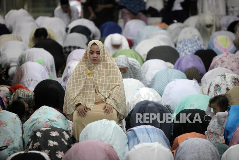Umat muslim melakukan shalat subuh berjamaah di Masjid Agung Sunda Kelapa, Jakarta, Ahad (4/2).