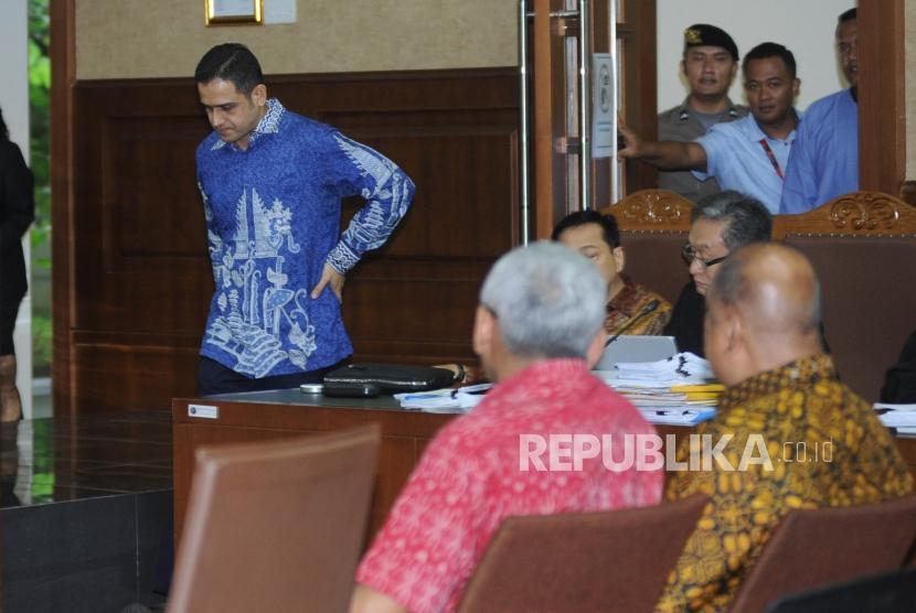 Mantan politisi Demokrat Nazarudin berjalan saat akan   memberikan keterangan  sebagai saksi dalam sidang lanjutan kasus korupsi KTP Elektronik dengan terdakwa Setya Novanto di Pengadilan Tipikor, Jakarta, Senin (19/2).