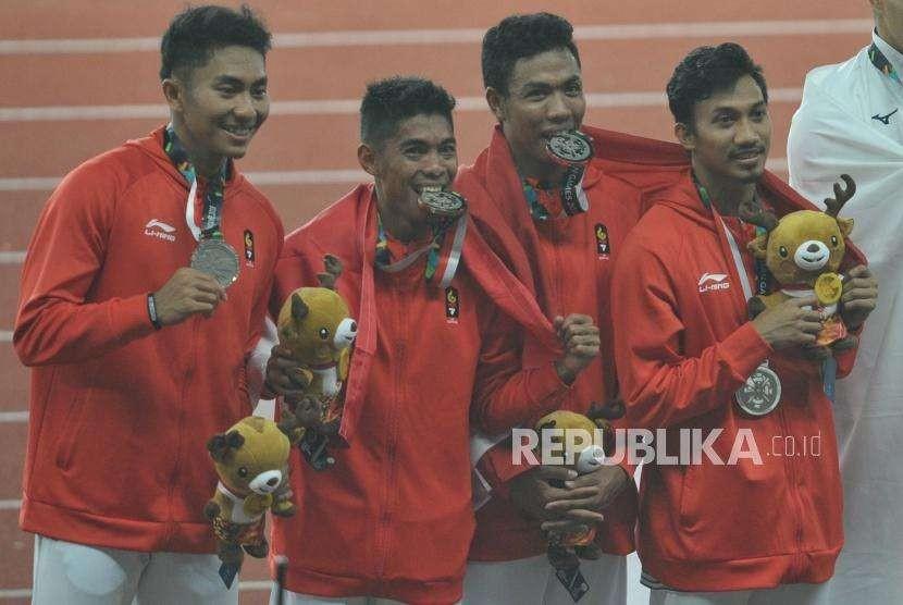 Tim lari estafet Indonesia mengikuti prosesi penyerahan medali cabang atletik nomor lari estafet 4x100 meter putra Asian Games 2018 di Stadion Gelora Bung Karno, Senayan, Jakarta, Kamis (30/8).