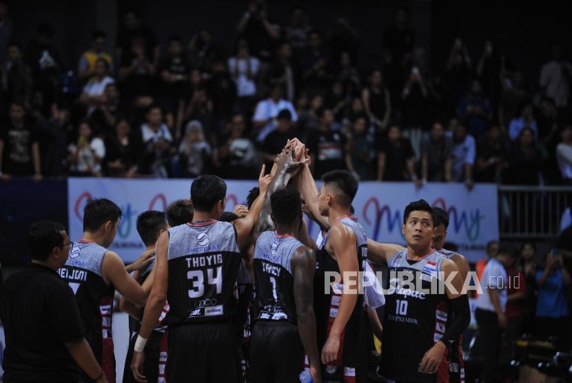 Pemain Stapac Jakarta seusai mengalahkan Satria Muda pada pertandingan Final IBL 2019 di Britama Arena, Jakarta, Kamis (23/1).