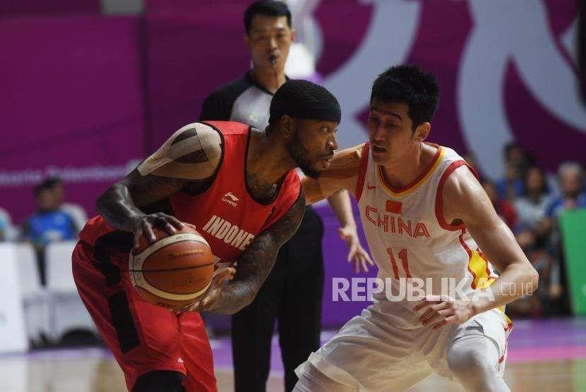 Pebasket Indonesia  Andre Jamar Jhonson   berusaha  melewati pebasket China Zhixuan Liu  saat pertandingan  perempat final basket putera indonesia melawan China pada pertandingancabang bola basket Asian Games 2018 di Hall Basket Senayan, Jakarta,  Senin (27/8).