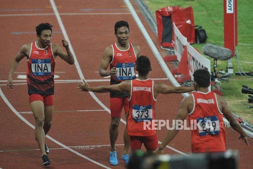 Tim lari estafet Indonesia melakukan selebrasi seusai bertanding pada cabang atletik nomor lari estafet 4x100 meter putra Asian Games 2018 di Stadion Gelora Bung Karno, Senayan, Jakarta, Kamis (30/8).