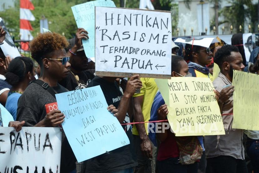 Puluhan mahasiwa Papua yang tergabung dalam Ikatan Mahasiswa se-Tanah Papua dan Solidaritas Peduli Kemanusiaan melakukan aksi damai, di depan Gedung Sate, Kota Bandung, Kamis (22/8).