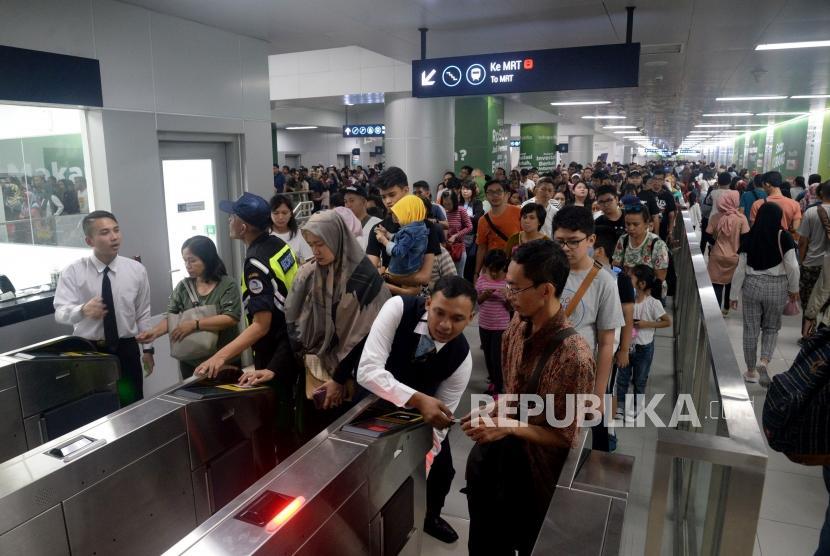 Sejumlah warga memadati Stasiun MRT Bundaran HI, Jakarta. (ilustrasi)