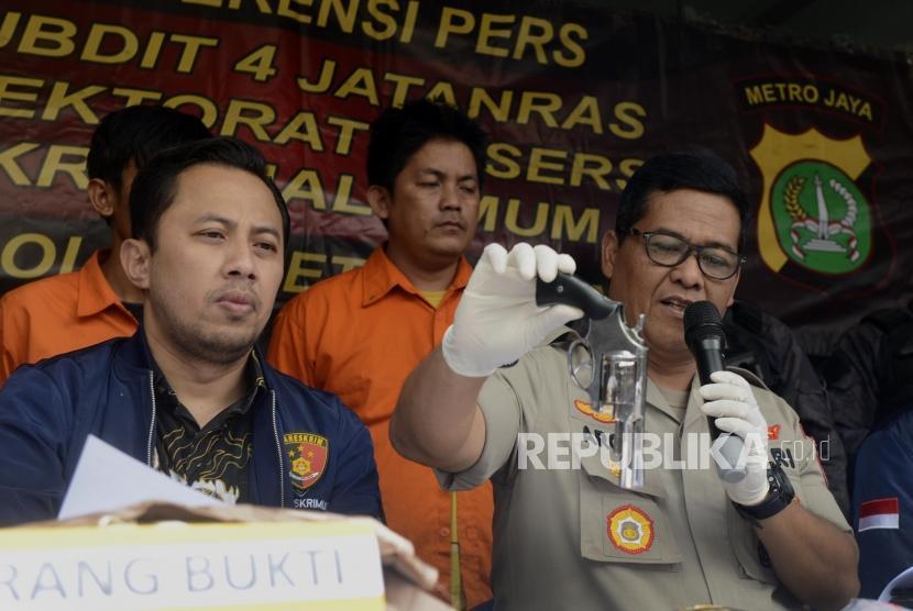 Kabid Humas Polda Metro Jaya Argo Yuwono (kanan), dan Wakil Direktur Reserse Kriminal Umum Polda Metro Jaya AKBP Ade Ary Syam (kiri) memberikan keterangan saat rilis kasus pencurian dan pencucian uang serta melawan petugas dan kepemilikan senjata api ilegal di kawasan Kebayoran Baru, Jakarta, Jumat (9/8).