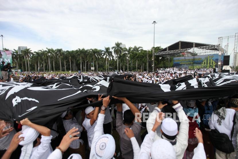 Ribuan umat Islam mengikuti reuni 212 di Monumen Nasional, Jakarta, Sabtu (2/12).