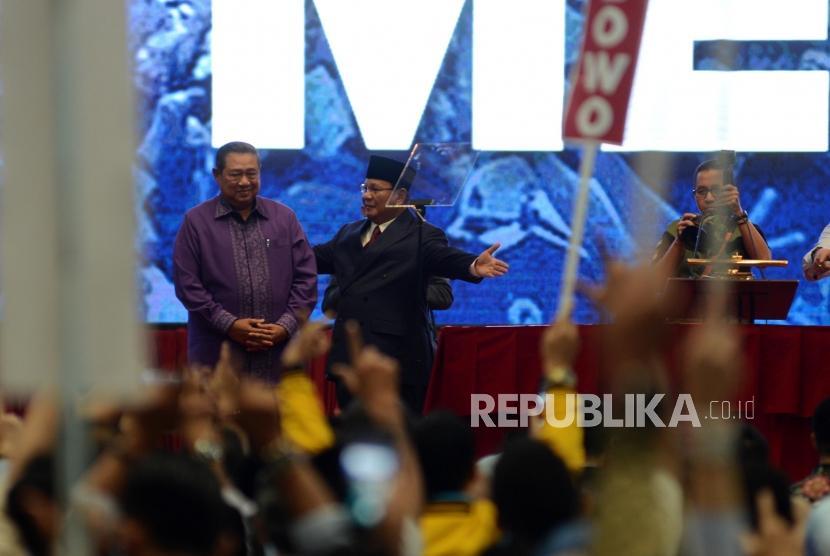 Calon Presiden Nomor Urut 02 Prabowo Subianto bersama mantan presiden ke 6 Susilo Bambang Yudhoyono usai acara pidato kebangsaan di Jakarta Convention Center, Senin (14/1).