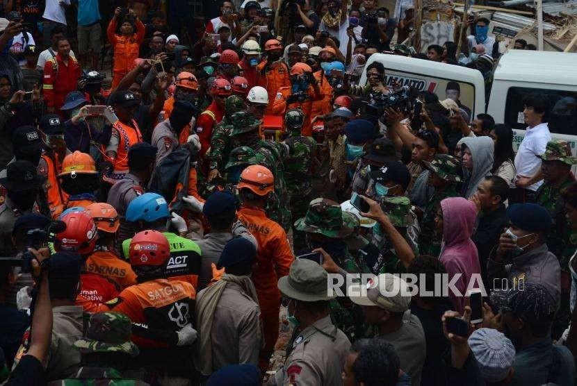 Tim Gabungan pencari korban gempa bumi Lombok  membawa  jenazah korban gempa bumi lombok di kecamatan Pemenang,  Lombok Utara, Nusa Tenggara Barat, Rabu (8/8).
