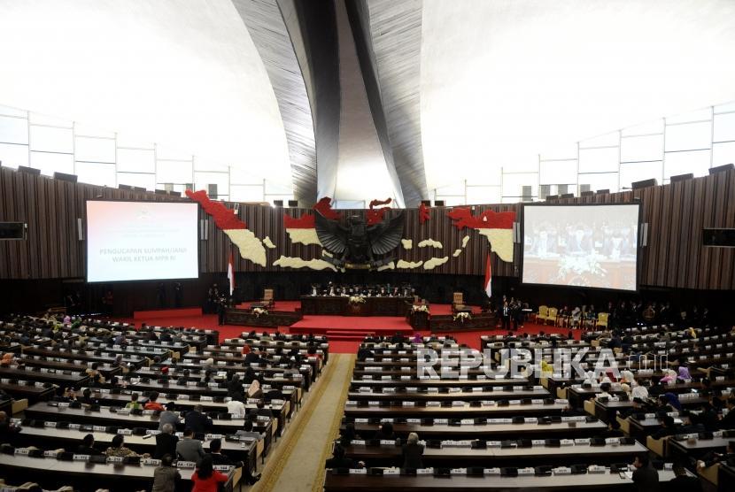Pelantikan Wakil Ketua MPR. Ketua MPR RI Zulkifli Hasan (tengah) bersama tujuh Wakil Ketua MPR RI menyanyikan lagu Indonesia Raya usai Rapat Paripurna MPR di komplek parlemen senayan, Jakarta, Senin (26/3).