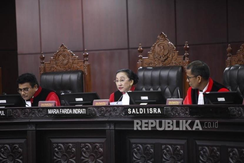 Hakim Konstitusi Maria Farida Indrati (tengah) memimpin sidang Uji Materi Ketentuan Iklan Rokok di Mahkamah Konstitusi, Jakarta, Senin (30/10).