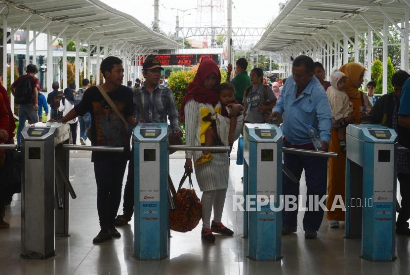 Stasiun Bogor. Sejumlah penumpang KRL tiba di Stasiun Bogor, Kota Bogor, Jawa Barat, Senin (11/3).