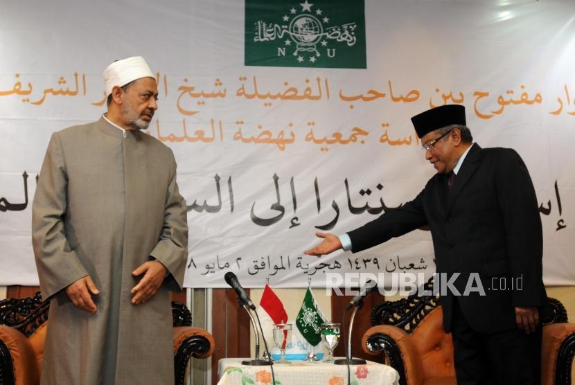Grand Syeikh Al Azhar Ahmad Muhammad Ath-Thayyib (kiri) didampingi Ketua Umum PBNU KH. Said Aqil Siraj (kanan) saat berkunjung ke Gedung PBNU, Jakarta, Rabu (2/5).