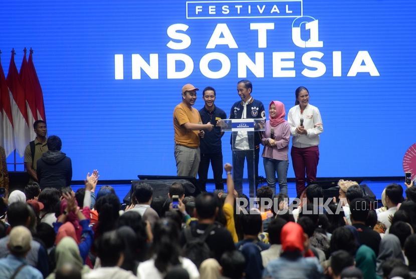 Festival Indonesia Satu. Capres Nomer 01 Joko Widodo bedialog dengan peserta millenial saat menyampaikan paparan saat Fesrival Indonesia Satu di Istora Senayan, Jakarta, Ahad (10/3/2019).