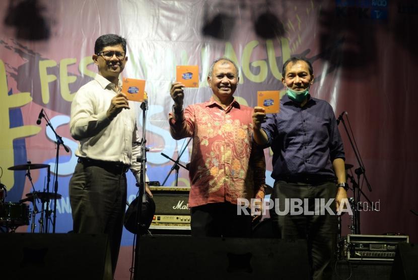 Ketua KPK, Agus Rahardjo (tengah) bersama wakil ketua KPK Laode M Syarif (kiri) dan Saut Situmorang meluncurkan album kompliasi festival suarakan aksimu anti korupsi (SAKSI) di Plaza Festival, Jakarta, Jumat  (30/11).