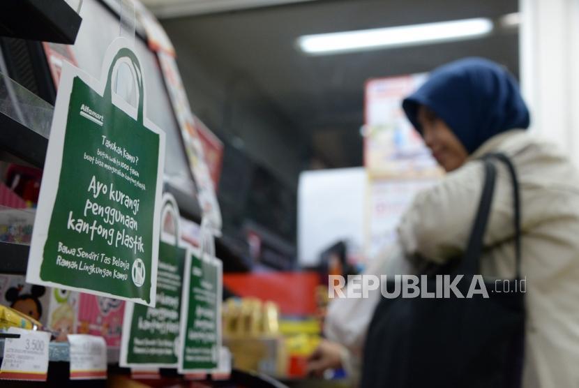 Kantong Plastik. Konsumen berbelanja di salah satu mini market di kawasan Jagakarsa,Jakarta Jumat (1/3).