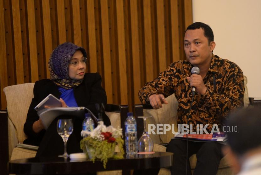 Penasehat Komisi Pemberantasan Korupsi Mohammad Tsani Annafari (kanan) menyamaikan tangapan bersama dengan Staf Ahli Menteri PPN Bidang Hubungan Kelembagaan Bappenas Diani Sadiawati (tengah) saat diskusi hasil survei presepsi korupsi 2017 di Jakarta, Rabu (22/11).