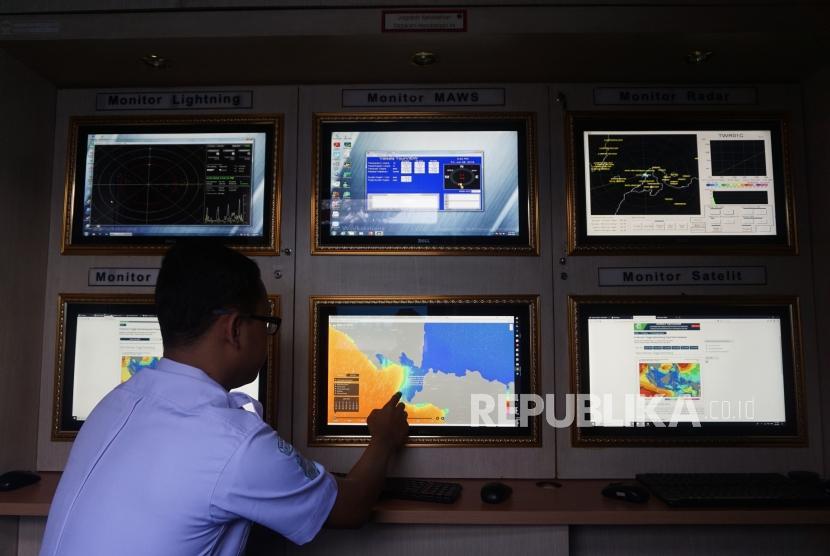 Posko Info Cuaca :Petugas mengecek informasi cuaca dan gelombang perairan selat Sunda di Posko Info Cuaca BMKG di Pelabuhan Merak, Banten, Jumat (8/6).