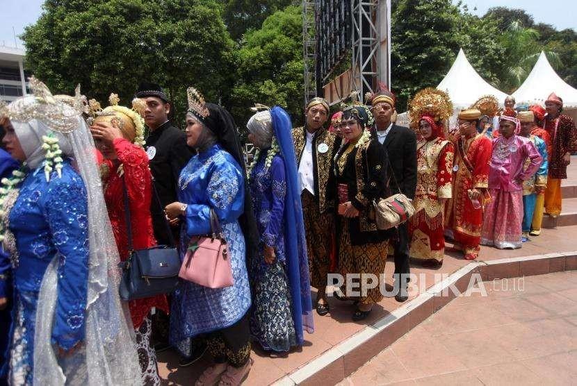 Sejumlah pasang calon pengantin bersiap untuk ijab kabul saat nikah massal pada acara puncak Milad ke-25 tahun Dompet Dhuafa di Tugu Proklamasi, Jakarta, Sabtu (22/9).