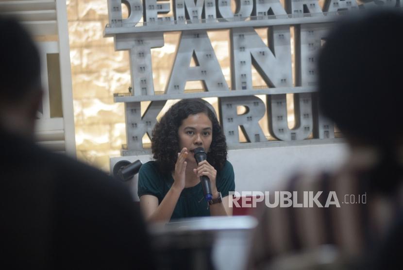 Peneliti ICW Lalola Easter menyampaikan hasil pemantauan perkara korupsi yang divonis oleh pengadilan selama 2017 di Jakarta, Kamis (3/5).