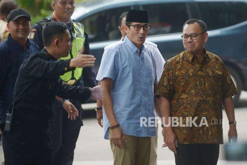 Bakal calon  wakil presiden Sandiaga Uno (tengah) bersama Sudirman Said (kanan) tiba di Komisi Pemberantasan Korupsi(KPK), Jakarta, Selasa (14/8).