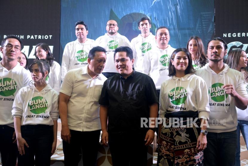 Executive Produser Bumilangit Entertainment Erick Thohir berbincng bersama Kepala Badan Ekonomi Kreatif (Bekraf) Triawan Munaf dan para artis berfoto dalam peluncuran jagat sinema Bumilangit Jilid 1 di Plaza Senayan, Jakarta, Ahad (18/8).