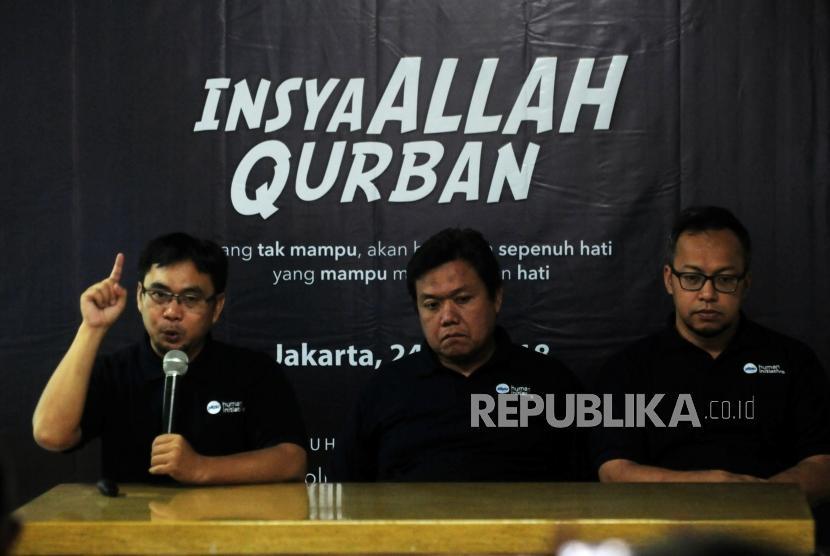 Presiden PKPU Human Initiative Agung Notowiguno (tengah) bersama Wakil Presiden PKPU Sri Adi Bramasetia (kanan) dan Ketua Tim Qurban Aan Suherlan memberikan paparan saat jumpa pers di kawasan Condet, Jakarta, Selasa (24/7).