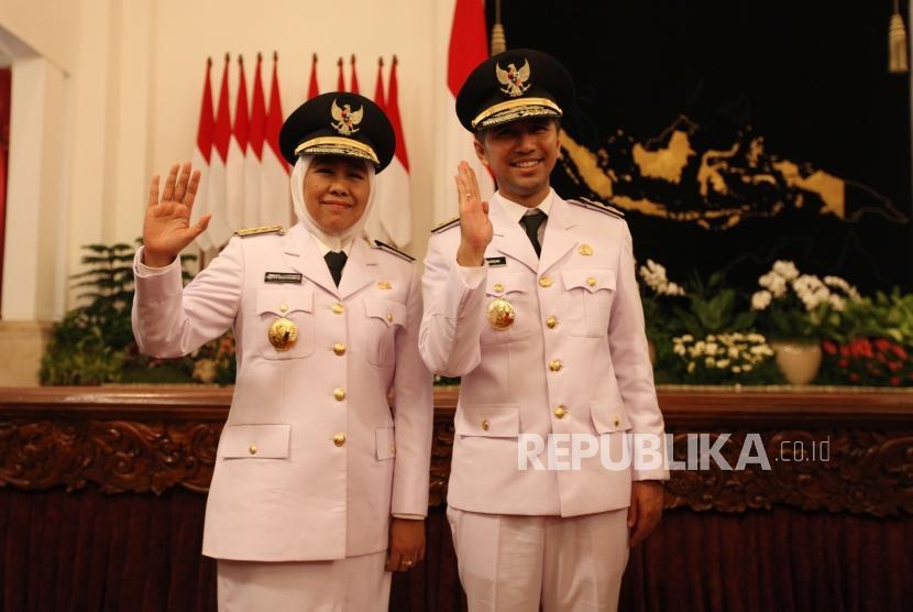 Gubernur Jawa Timur Khofifah Indar Parawansa bersama Wakil Gubernur Emil Dardak berfoto seusai acara pelantikan di Istana Negara Jakarta, Rabu (13/2).