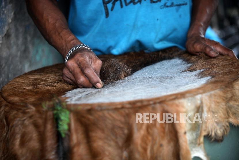[ilustrasi] Seorang pengrajin menyelesaikan pembuatan bedug di kawasan Tanah Abang, Jakarta, Senin (14/5).