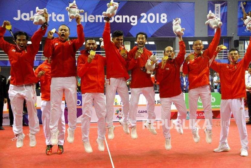 Emas Dari Quadrant Takraw.  Tim Sepak Takraw Indonesia mengikuti upacara pengalungan medali pada  cabang Sepak Takraw nomor Quadrant Putra Asian Games 2018 di Komplek Olahraga Jakabaring, Sabtu (1/9).